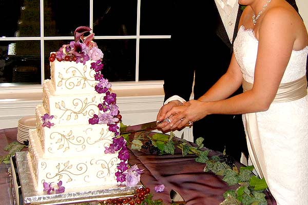 cutting a wedding cake the tradition of cake cutting american wedding wisdom 13284