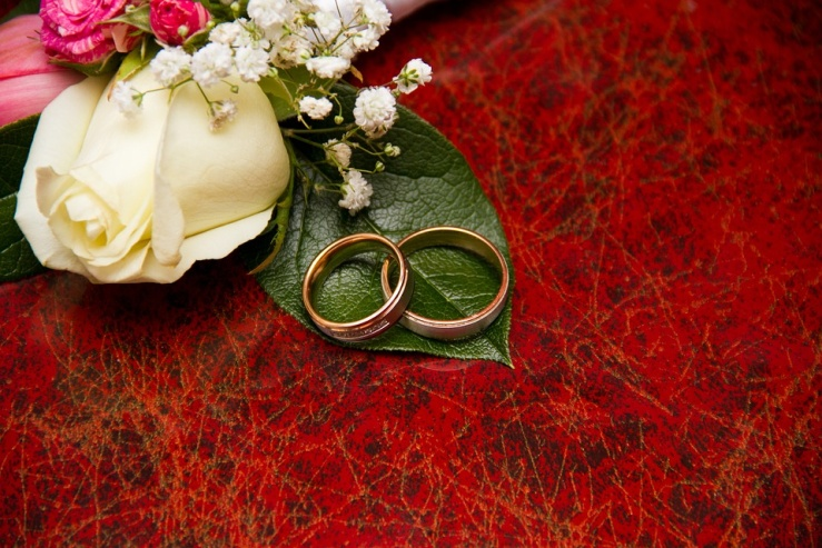 A pair of engagement rings with rose bouquet