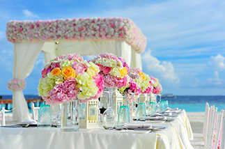 bouquets-on-wedding-party-table