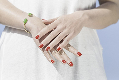 red-nails-green-bracelet